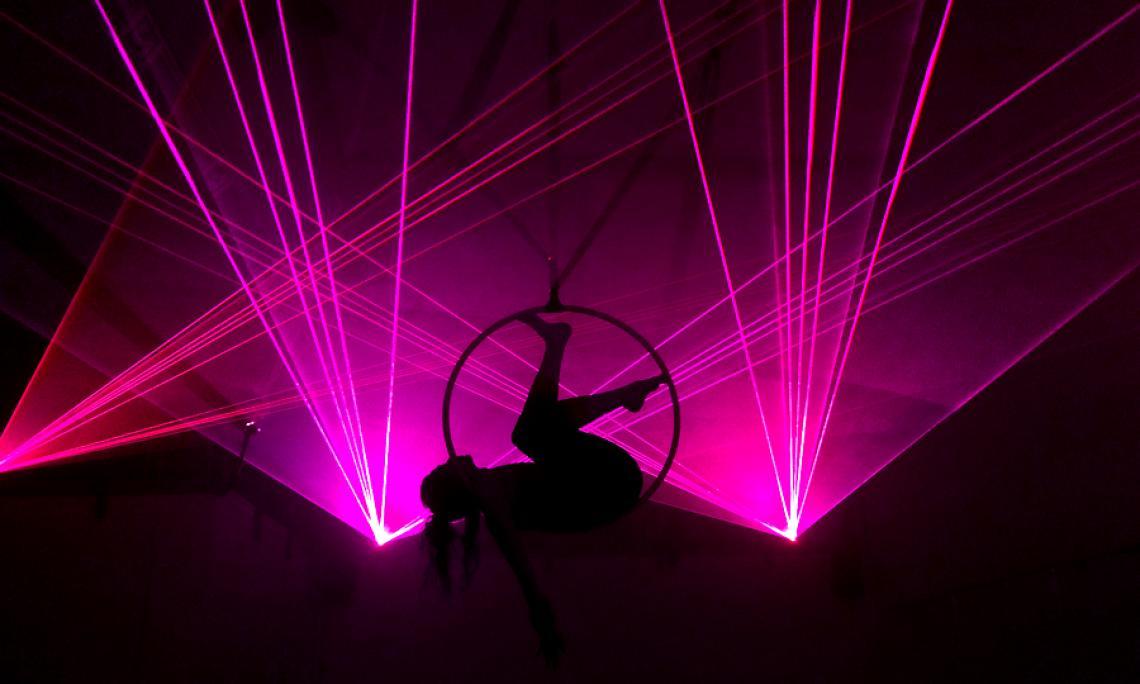 Luftartistik im Aerial-Ring - Ein besonderes Highlight ist die Kombination aus Luftartistik und Lasershow.