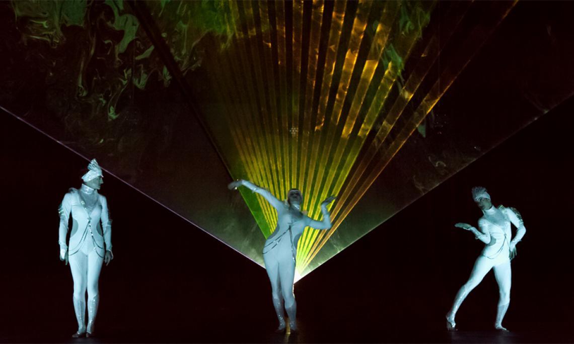 PRiSMATIC Licht- und Lasershow - Interaktion der Künstlerinnen mit den Lichteffekten der Lasershow.