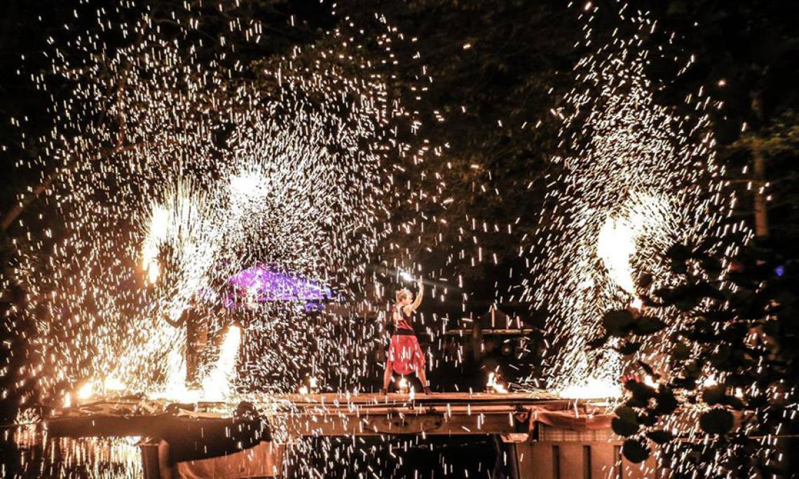 Feuershow und Pyrotechnik - Wie ein Schmiedehammer-Schlag bei dem die Funken fliegen.
