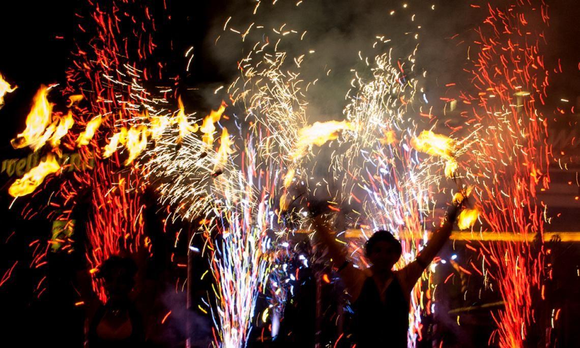 Feuershow und Pyrotechnik - Wir begleiten unsere Feuershows mit pyrotechnischen Effekten und Nahbereichs-Feuerwerk.