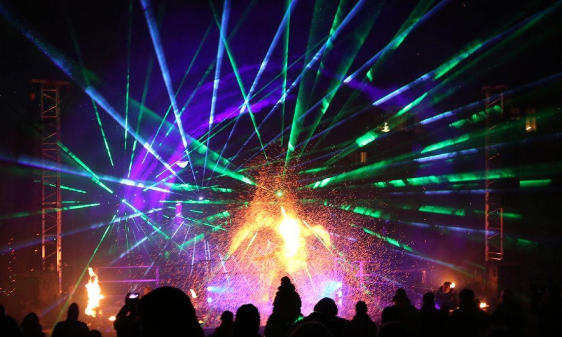 Feuer- und Lasershow - Feuerartistik mit Flammen- und Funkeneffekten wird begleitet von einer spektakulären Lasershow.