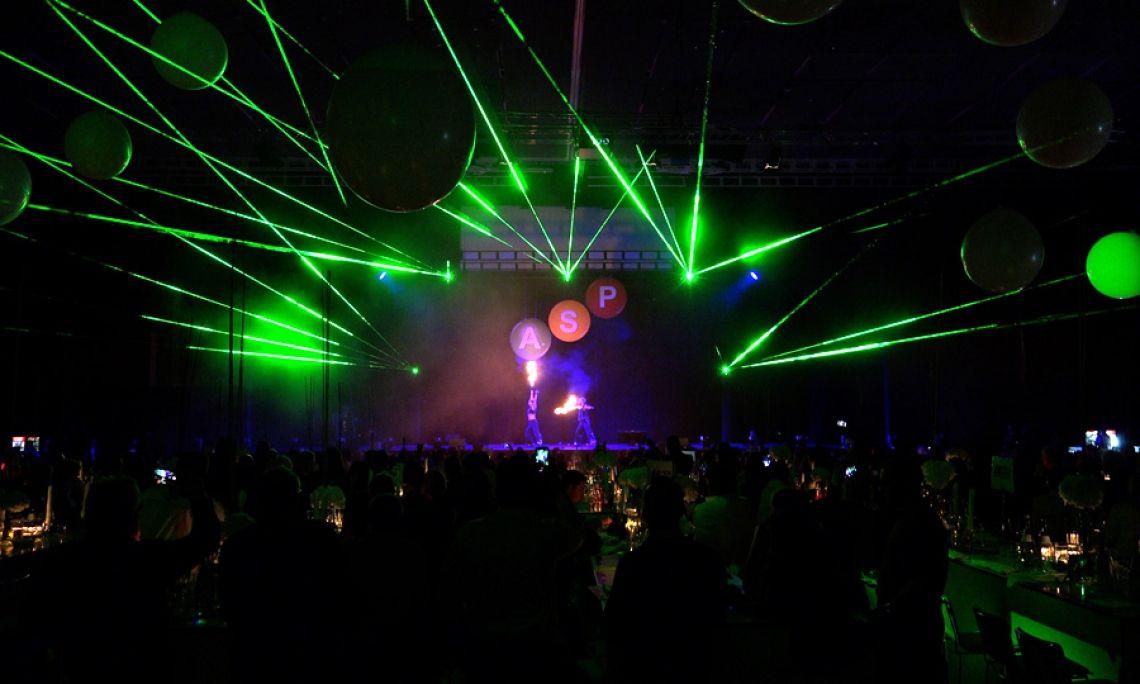 Feuer- und Lasershow in Innenräumen - SPiCE Show Production inszeniert einen Show-Act mit Feuershow, LED-Show und Lasershow in der Messehalle Stuttgart.