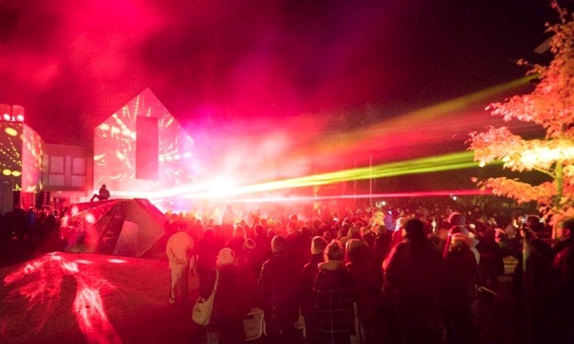 LED-Lichtshow und Lasershow - LED-Show mit programmierbaren LED-Requisiten begleitet SPiCE Show Production mit Lasershow.