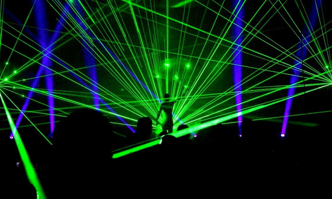Lasershow und Artistik - SPiCE kombiniert Tanzperformance und LED-Lichtshow mit Lasershow.