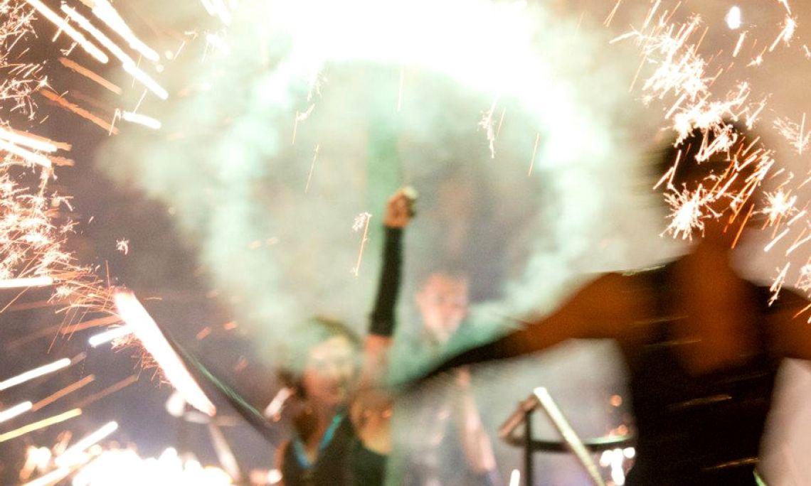 Feuershow mit pyrotechnischen Effekten - Auf dem Rathausplatz für La Strada Augsburg.