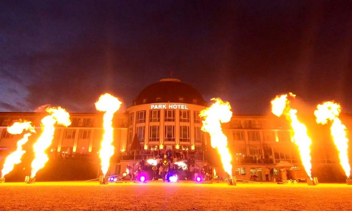 Feuershow mit Flammenprojektoren - Zur Begleitung von Feuer- und Lasershows setzt SPiCE funkgesteuerte Flammenprojektoren ein.