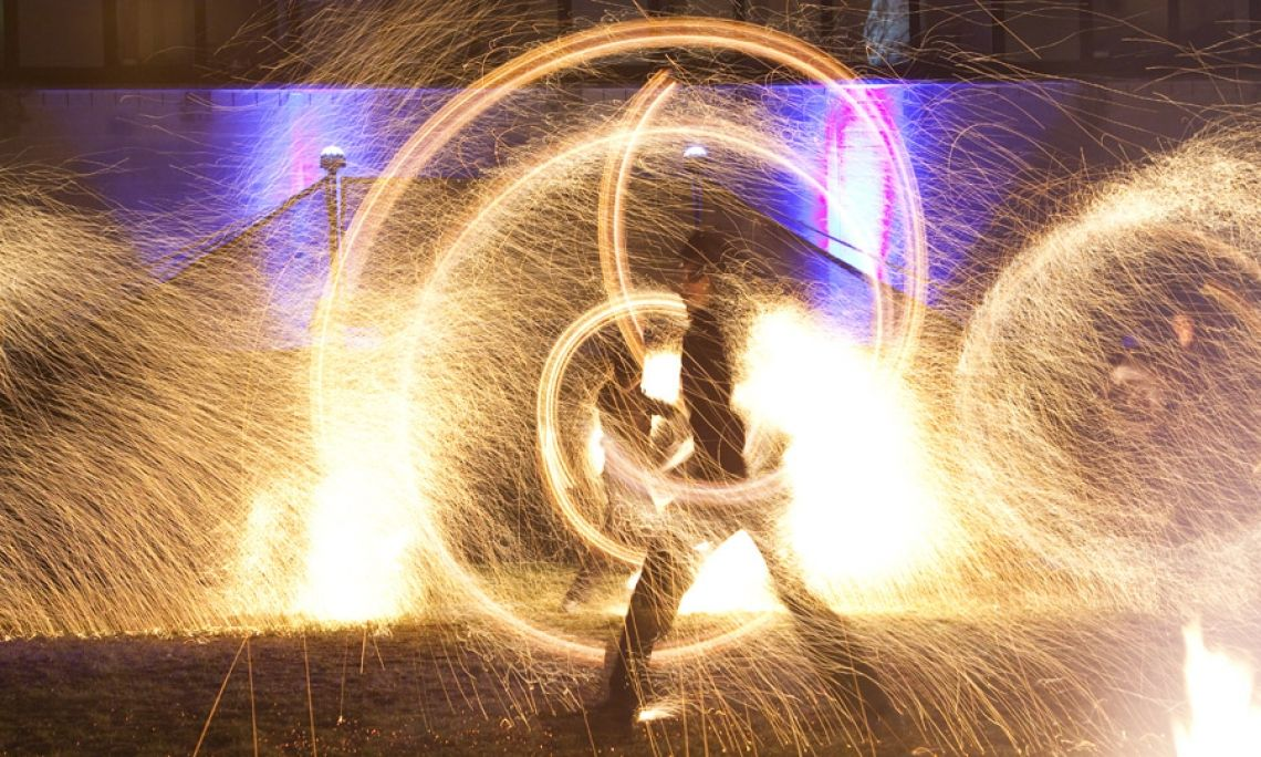TITAN Feuershow - Wie ein Schmiedehammer-Schlag, bei dem die Funken fliegen.