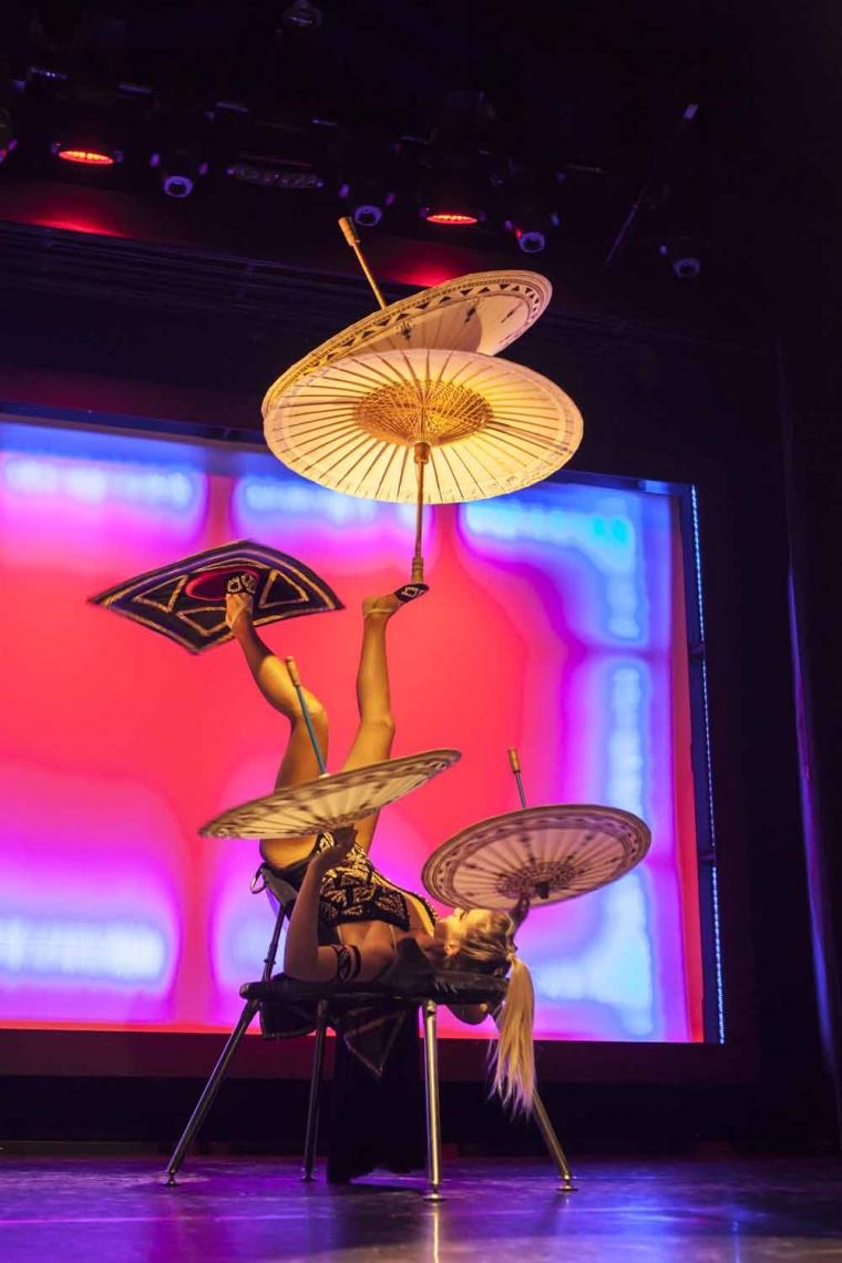 EMMA PHILLIPS | LUFTRING & ANTIPODEN Emma Phillips verbindet in ihrer Performance kurzerhand traditionelle chinesische Elemente der Antipoden mit modernen Elementen. Ihre Fußjonglage mit Regenschirmen und einem Tisch ist mindestens ebenso einmalig wie ansprechend und wurde 2014 mit dem ersten Platz bei dem australischen Circus Wettbewerb ausgezeichnet.
