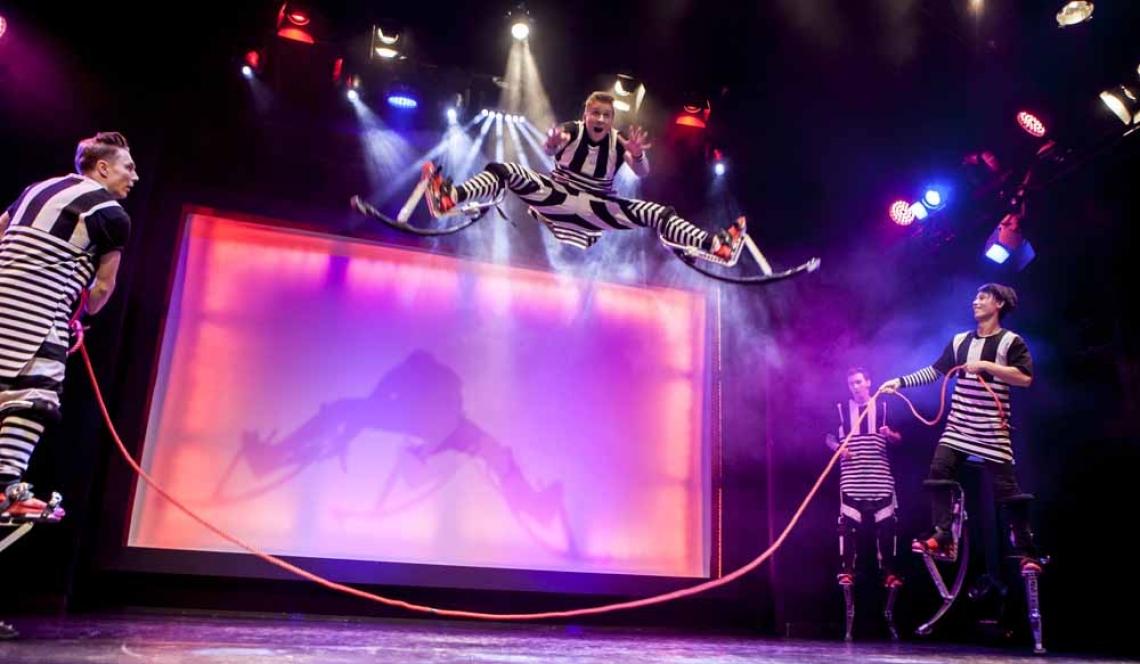 JUMP'N' ROLL | SPRUNGSTELZEN & HOOP-DIVING Mit dieser neuartigen und sehr speziellen Performance wurde Jump'n'Roll 2016 beim Circus Festival in Riga ausgezeichnet. Jump'n'Roll zeigen eine neuartige Artistik, bei der sie auf Sprungstelzen atemberaubende Tricks zum Besten geben und kurzerhand den ganzen Saal als Ihre Bühne umfunktionieren. Und für alle, die gar nicht genug von dieser energiegeladenen Truppe kriegen können, zeigen die vier Powerjumper in ihrer zweiten Darbietung ihr artistisches Können und die Wendigkeit ihrer Körper beim Hoop diving!