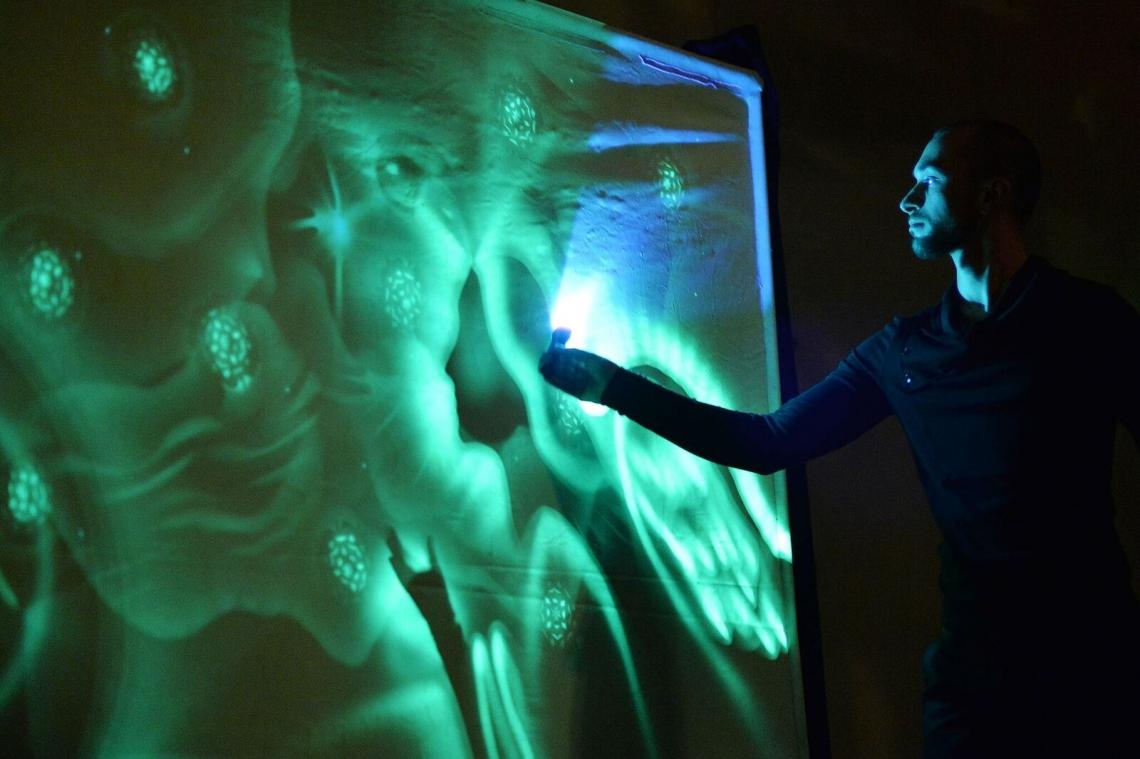 OLEG BASANOV | LICHT- UND SANDMALEREI Anstelle von Pinseln oder Stiften malt Oleg Basanov mit einer Taschenlampe. Der junge Ukrainer entwickelte eine ausgefallene Technik des Malens - das Lichtmalen! Und so lässt er sein Publikum voll und ganz in seine faszinierenden Lichtwelten eintauchen. Dabei haben die leuchtenden Bilder des Artworkers fast schon etwas von Magie. Eine Erleuchtung der besonderen Art!
