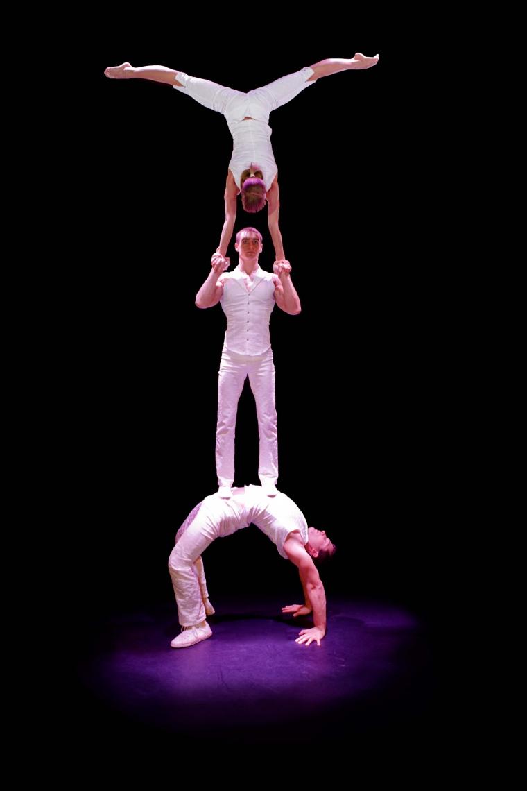 TRIO TRILOGY | HANDVOLTIGEN Die drei Absolventen der Kiewer Artistenschule erzählen mit ihrer artistisch höchst anspruchsvollen Darbietung die Geschichte einer Frau zwischen zwei Männern. Begehren, Eifersucht und Kampf sind hier Themen, die auf meisterhafte Art akrobatisch umgesetzt werden. Dabei vereinen sie spektakuläre Wurfakrobatik mit Adagio- und Equillibristikelementen.