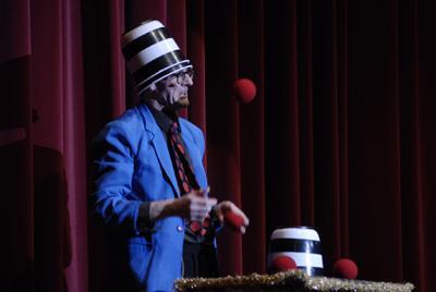 Andy Clapp ist Zauberer, Comedian & Entertainer Bei seinen magischen Auftritten kann der harmlose Zuschauer leicht zum Spielball englischer Comedy werden.
