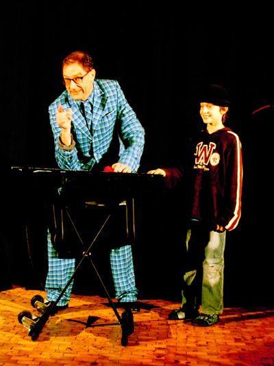 Andy Clapp holt sich gerne Verstärkung auf die Bühne Andy Clapp verbindet Entertainment, Comedy, Jonglage und jede Menge Zauberei zu einer lebhaften und zauberhaften Show für Klein und Groß.