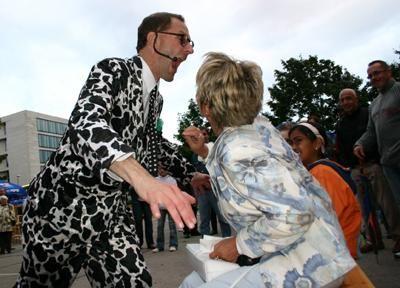 Bei seiner Straßenshow wird das Publikum involviert Eine Armbanduhr wird zertrümmert, Krawatten an Tischen festgenagelt oder Brillengläser ruiniert. Viele bleiben stehen, um die Vorstellung von Andy Clapp zu verfolgen.