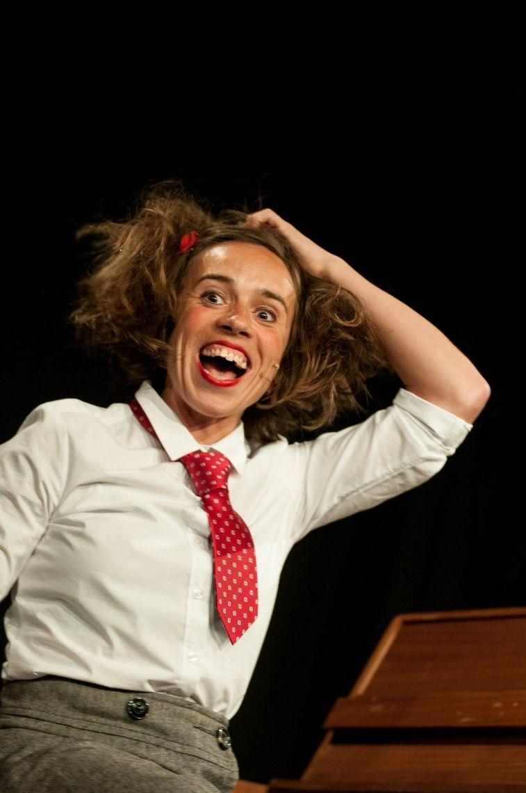 """Judith Bach alias Claire alleene """"Aus lauter Lebenslust""""         Chansonkabarett  Sturmfrei für Claire! Zum ersten Mal allein auf der Bühne, hat die 'Kleene mit de kurze Beene' erstaunlich viel Platz. Sie singt und schnabuliert frei nach Berliner Schnauze, purzelt von Augenblick zu Augenblick, verliert den Faden, aber nie sich selbst. Sie fliegt ohne Flügel, dafür mit Mozart am Klavier. Landet flugs im Himmel bei ihrer kleinen weisen Großmutter, einem quirligen Frauenzimmer aus einer völlig anderen Zeit, die vor den Augen des Zuschauers so lebendig wird, dass man meint, sie sei für den Abend kurz auferstanden. Claires erstes Soloprogramm strotzt von selbstgeschriebenen Liedern, katastrophalen Tanzeinlagen und guten Fragen nach dem Sinn und Unsinn dieses Lebens.  Ein philosophisches Chansonkabarett. Überraschend, zart und frech."""