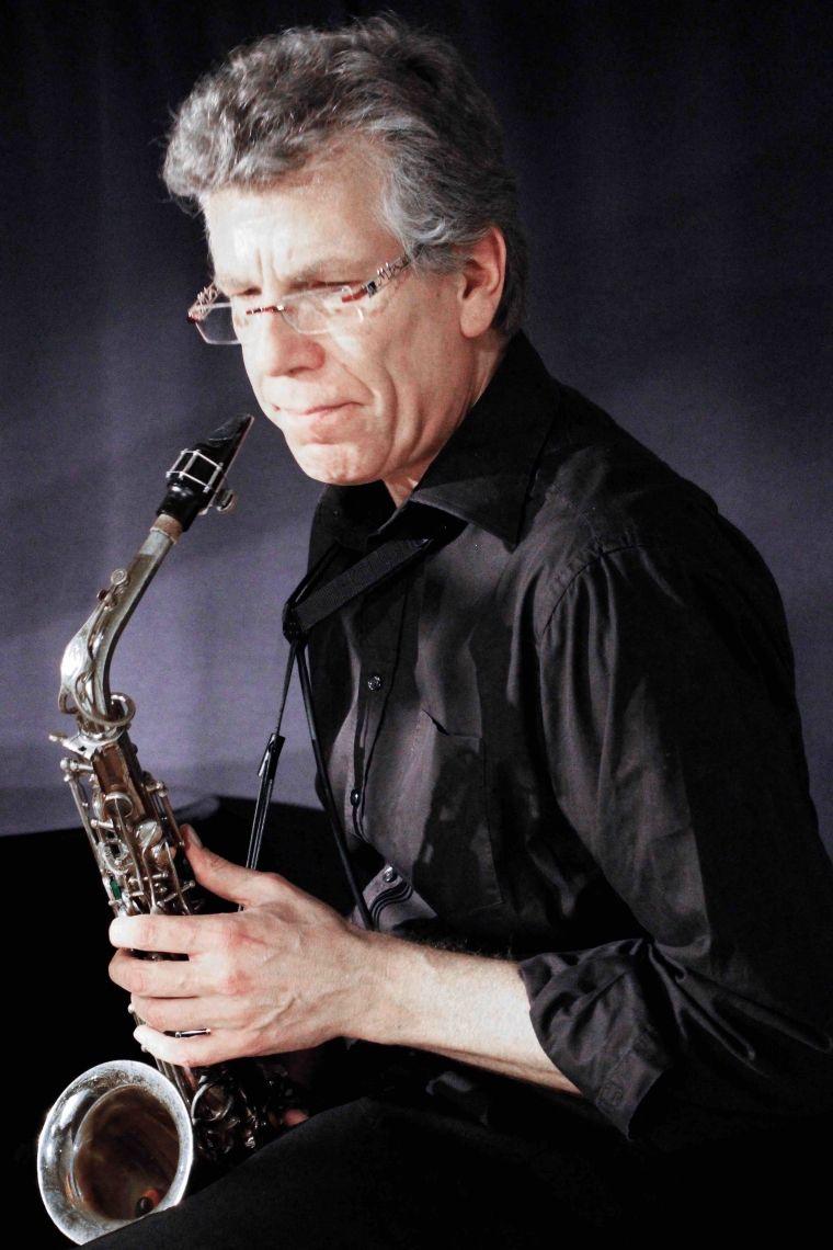 """Kim-Jovy Kim Jovy, Reeds lebt in Köln und arbeitet als freier Musiker, Arrangeur, und Komponist für Auftraggeber aus den Bereichen Theater, Musical, Rock, Jazz, E- und U- Musik. Er war festes Bandmitglied u.a. beim """"Starlight Express"""", """"Cats"""", """"Phantom der Oper"""" u.a.. Neben verschiedenen anderen Formationen spielte er für Angelika Milster, Roberto Blanco, Guildo Horn, Helge Schneider. Außerdem arbeitet er regelmäßig für klassische Symphonieorchester, wie z.B. das Beethoven Orchester Bonn, die Dortmunder Symphoniker, das Orchester des Aalto-Theaters in Essen und das Gürzenich-Orchester Köln."""