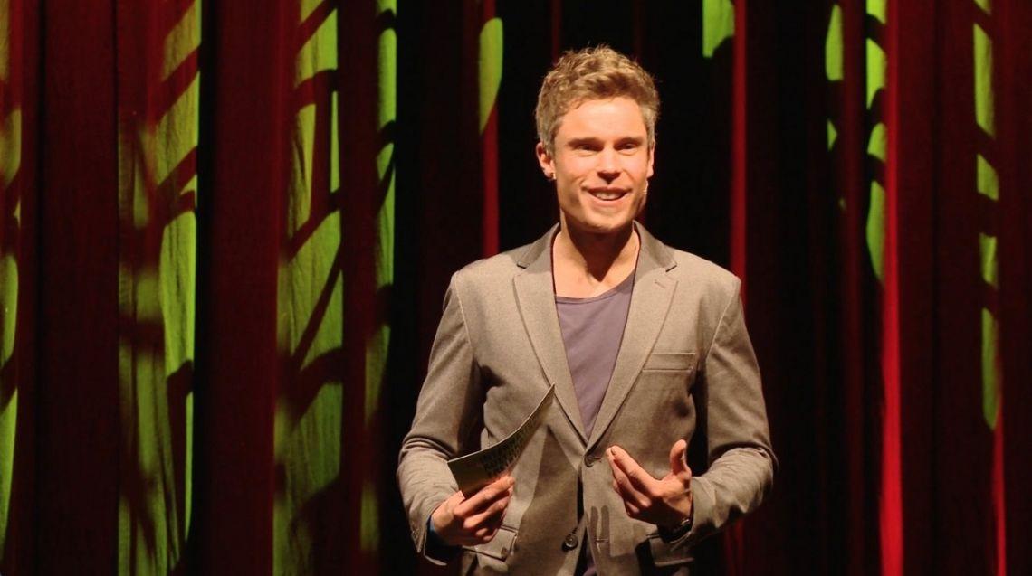 """Sebastian Messerschmidt Sebastians Mission: """"Menschen auf der Bühne und vor der Kamera mit seinen Worten den roten Teppich ausrollen""""  Sebastian moderiert erfrischend und echt, mit purer Freude und frei von Floskeln. Sein Fokus gilt immer seinen Gästen und seinem Publikum. Sebastian genießt die spontanen Momente, gerne auch im Austausch mit dem Publikum. Dazu liebt er es, Emotionen aufzugreifen und zu transportieren."""