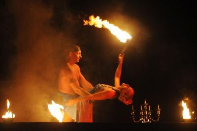 Paar-Performance Höhen und Tiefen einer Beziehung zwischen Mann und Frau werden in der Paar-Performance ästhetisch inszeniert.