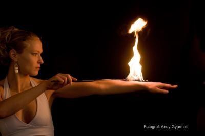 """Solo-Performance """"Dance with Fire"""" bedeutet, Tanz und Feuer zu vereinen und daraus eine faszinierende Show zu gestalten. Die Performance lebt von graziler Eleganz, impulsivem Temperament und sinnlicher Leidenschaft."""