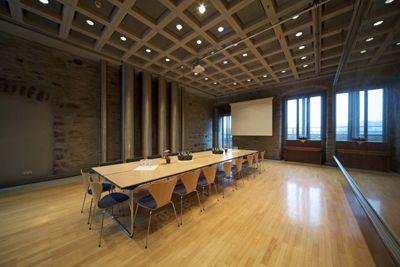 Haus Witten � Konferenzraum � Blockbestuhlung mit Leinwand