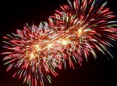 Feuerwerke am Nachthimmel Sie befinden sich auf der Suche nach traditioneller Feuerwerkskunst, gepaart mit den Effektinnovationen des 21. Jahrhunderts? Dann haben wir für Sie garantiert das passende Angebot!