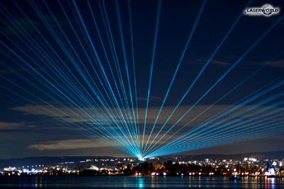 Laser über dem Bodensee Im Rahmen einer Kundendemonstration setzte Laserworld mehrere High-Power-Lasersysteme ein, um Laserstrahlen über dem Bodensee erstrahlen zu lassen. Die Aktion, die über viele Kilometer und in drei Ländern sichtbar war, wurde durch zahlreiche Pressevertreter und Anwohner mitverfolgt. Für diese Präsentation wurden insgesamt 8 Systeme der RTI Nano Serie eingesetzt.