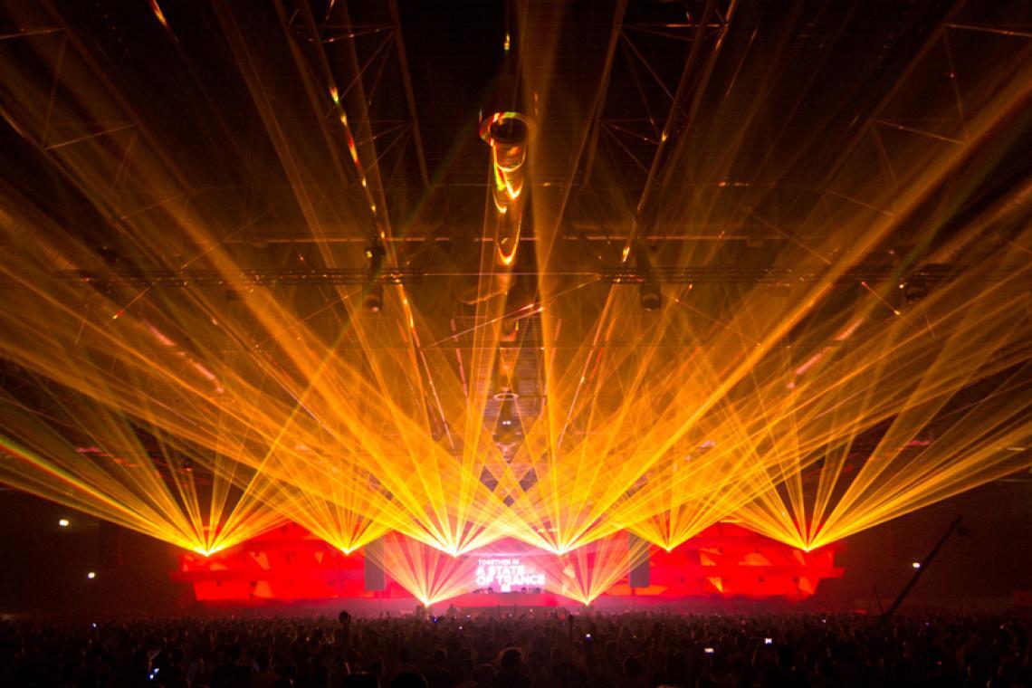 A State of Trance 2015 - Utrecht, Niederlande Auf einem DER Events der Electro-Szene sorgten 16 Lasersysteme mit insgesamt über 200W für eine grandiose Stimmung auf zwei Floors. Auf dem Main Floor kamen 2 x RTI NANO RGB 30 und 6 x RTI NANO RGB 18 zum Einsatz. Auf dem zweiten Floor 6 x RTI FEMTO RGB 7 und 2 x RTI PIKO RGB 14.