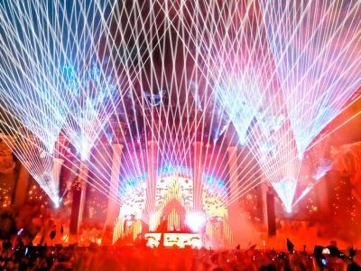 """Atemberaubende und spektakulär - EDC LasVegas Vom 20. - 22. Juni 2014 stand Las Vegas im Zeichen des Electric Daisy Carnival. Über 400.000 Elektro-Fans feierten zusammen mit angesagten DJ der Elektro Szene auf 8 großen Bühnen. Lasertainment Production Inc., Partner von Laserworld USA, war exklusiv für die Lasershows auf der riesigen Hauptbühne """"Kinetic Field"""" zuständig. Mit den High-End Lasersystemen der RTI NANO und der RTI PIKO Serien,sowie diversem Zubehör aus deutscher Fertigung lieferte Lasertainment neun atemberaubende und bildgewaltige Intro-Lasershows für die angesagtesten DJs."""