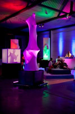 amorphia lounge - Slowmotion Sculptures Lernen Sie die große amorphia Produktpalette kennen. Skulpturen und Cubes, Schattenspiele und sogar ein DJ-Pult bietet amorphia mit ihrer Dekotainment Performance an.  Von einem Einzelmodul bis hin zum Abend- und Raumfüllenden Loungekonzept mit DJ/VJ und Musikern und den passenden Loungemöbeln kann sich amorphia individuell an jede Veranstaltung anpassen lassen.  Bild: Boris Breuer