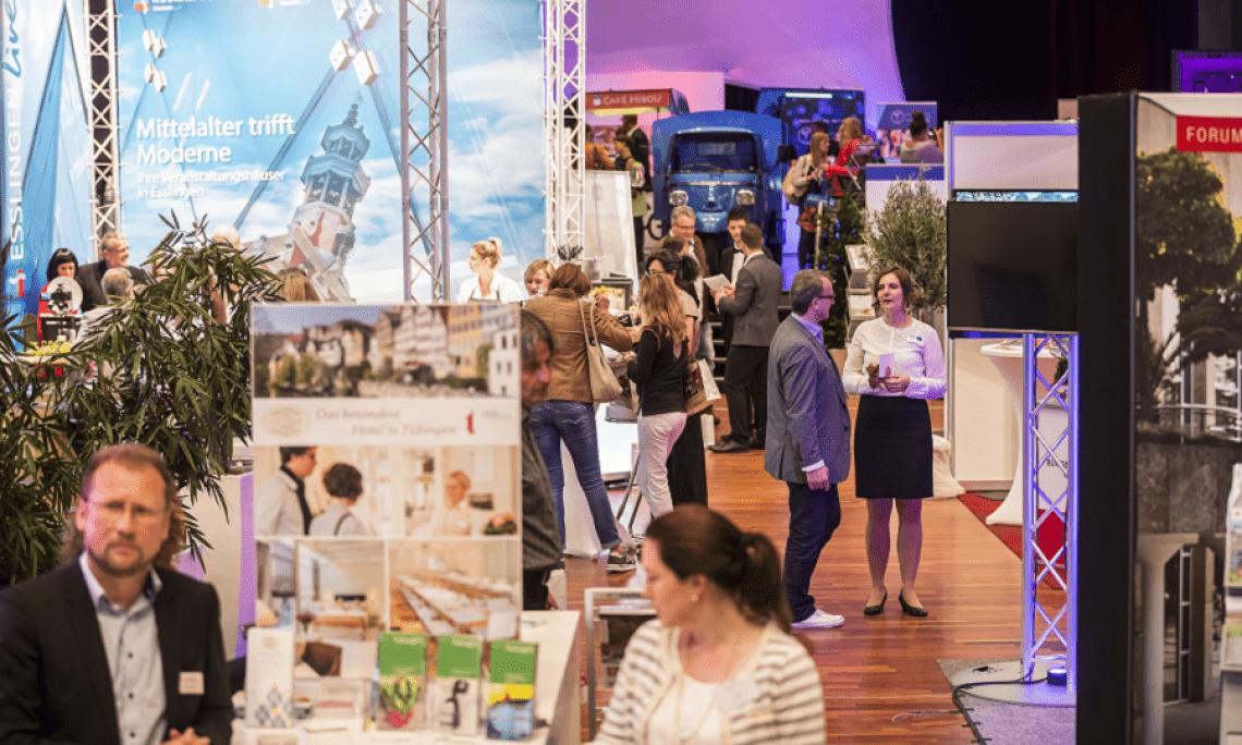 LOCATIONS Region Stuttgart Neue Perspektiven in der Region Stuttgart - die LOCATIONS-Messe zieht vom ausgebuchten Neckar Forum Esslingen in die Messe Sindelfingen. So können das Erfolgskonzept fortgesetzt und eine inhaltliche Weiterentwicklung vollzogen werden. Der gewonnene Platz kommt Themenflächen und größeren Foren zugute.