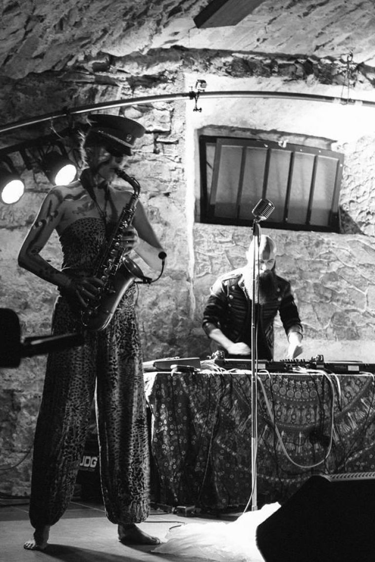 Die Saxophonistin als gesellschaftskritische Performance mit Platten und modernem Tanz Die Tanz- und Musikperformance CROSSMOSIS wurde Ende 2017 uraufgeführt. Sie handelt von den Kämpfen und Wirren einer Flucht aus Zentralafrika nach Europa und wird neben dem Saxophon von Live-Platten und modernem afrikanischen Tanz dargeboten. Eine wilde, zerrüttende Showperformance, die knallt.