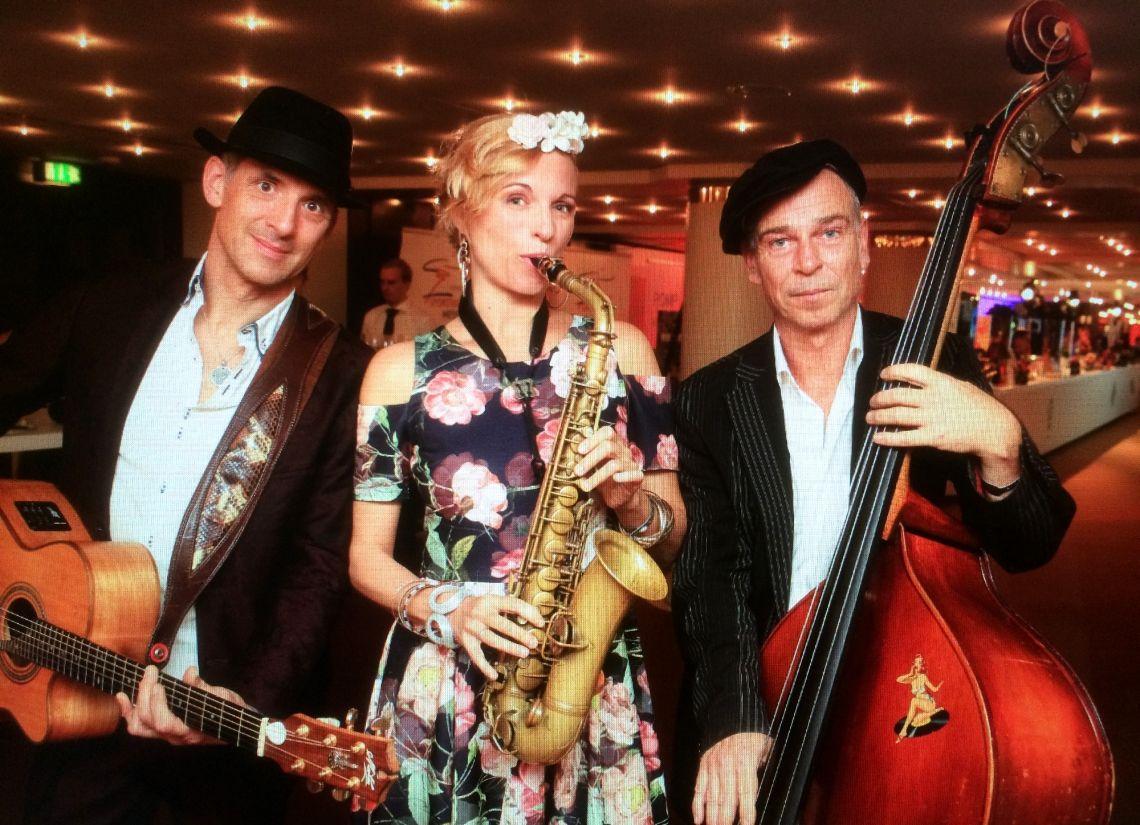 Das Trio SwingToGo auf dem Sportpresseball in der alten Oper zu Frankfurt am Main Wir empfangen alle Jahre wieder die geladenen Gäste auf dem deutschen Sportpresseball und schenken den manchmal angespannten Gesichtern ein erleichtertes Lächeln. Mit unserem rollbaren Batterieverstärker sind wir komplett flexibel.