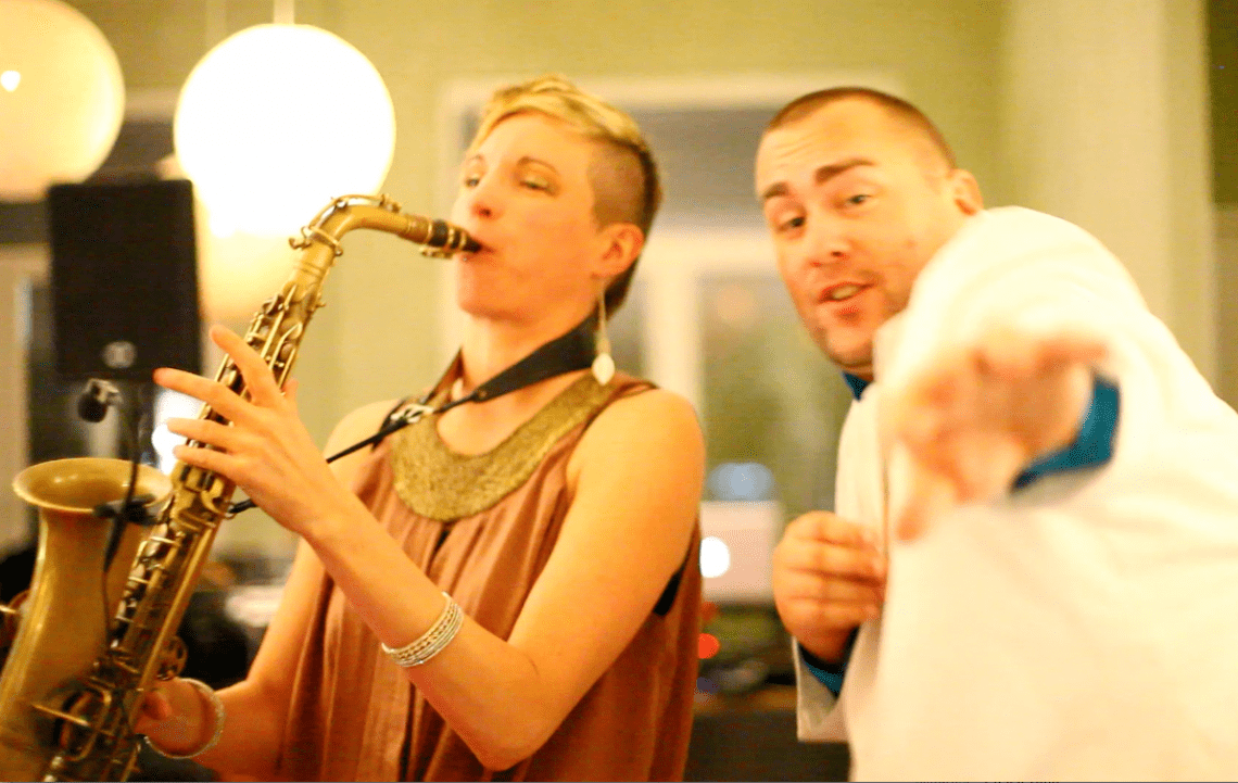 firstclass-DJ SIXX und die Saxophonfrau sind ein seit Jahren eingespieltes Team, funfaktor inklusive! Der rührige Hochzeits-DJ Sixx aus Offenbach ist ein Profi in tanzbarer Musik (vor allem R&B, HipHop, Funk) aber auch in Ton und Gesang, ja, ein singender DJ. Mit der Saxophonfrau ergibt sich eine Symbiose aus ChillOut, gemeinsamen Improvisationen und fetter Party.