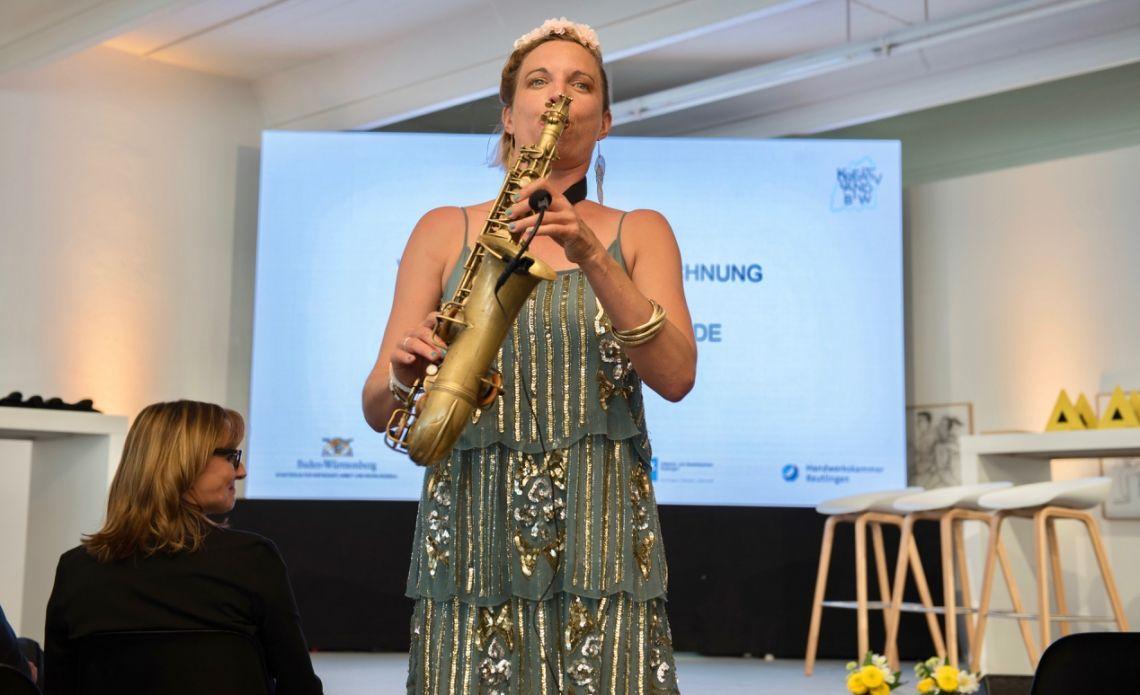 Saxophon für Konferenzen, Präsentationen, Jubiläum, Vorträge, Feierlichkeiten Ein Vortragsabend kann mitunter lang werden wenn sich ein Redner an den nächsten reiht... schenken sie Ihren Gästen kleine musikalische Einlagen zur Erholung. Oder lassen Sie Ihre besonderen Preisträger mit einem live-Tusch auf die Bühne begleiten!