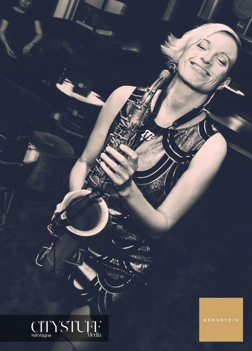 die Saxophonistin mit dem schönen Lächeln die Musikerin Helen hofmann spielt nicht nur wahnsinnig gut Saxophon, sondern sie bezaubert die Gäste Ihres Events mit einem strahlenden Lächeln.