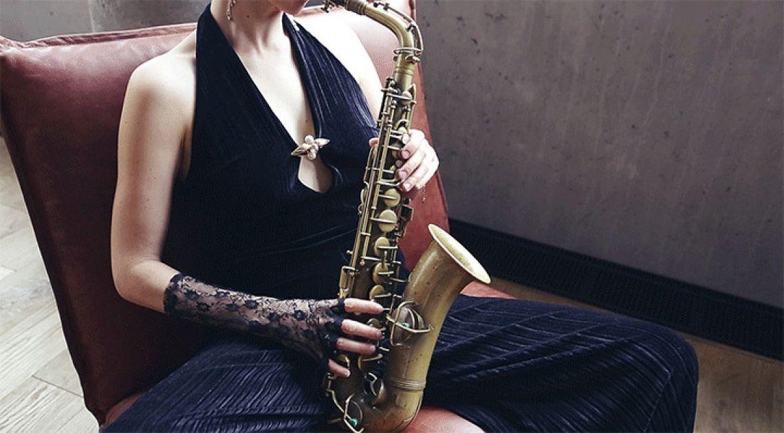 Das Saxophon für Ihr Event Die Saxophonistin Helen Hofmann bringt eine lässige Eleganz auf Ihre Feierlichkeit.