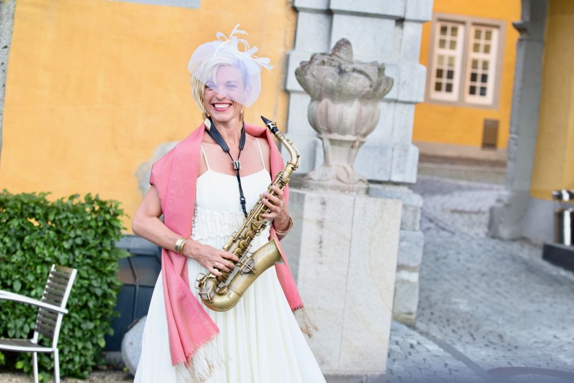 Saxophon auf Schloss und Burg sie brauchen eine Musikerin, die sich auf unebenem Gelände frei spielend bewegen kann? Die Saxophonspielerin Helen Hofmann bewegt sich auf 10cm-High-Heels wie auf Wolken...