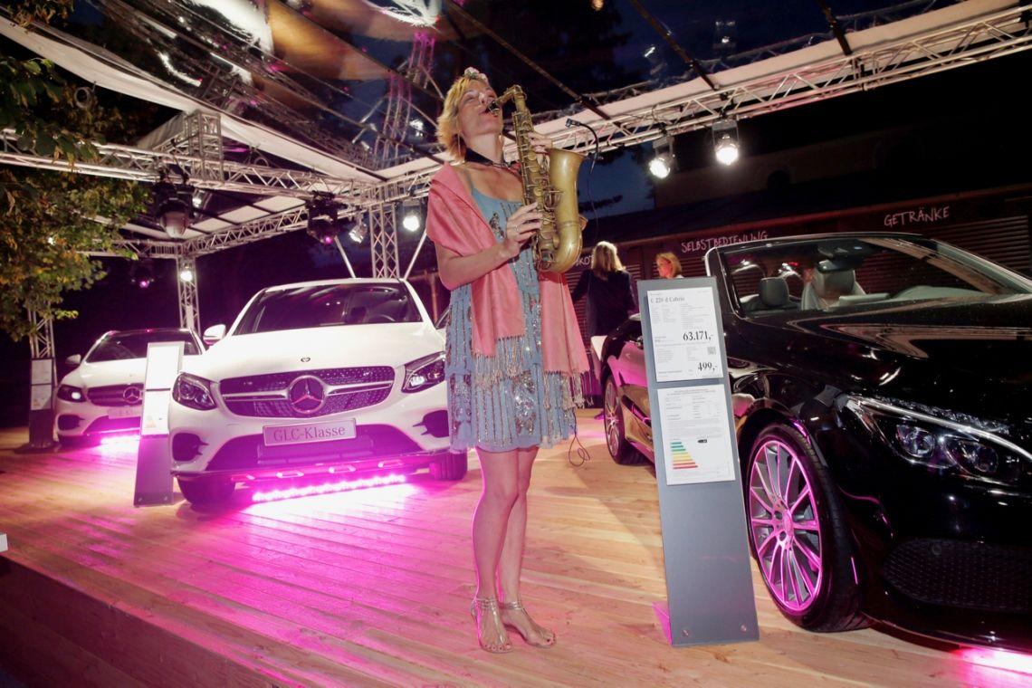 Der neue fette Mercedes sieht in Begleitung noch viel besser aus Ob Mercedes, Audi, Porsche, BMW oder in den Meilenwerken und Oldtimer-Garagen ... immer wieder stellt sich die Saxophonistin in den Dienst der großen Automarken.