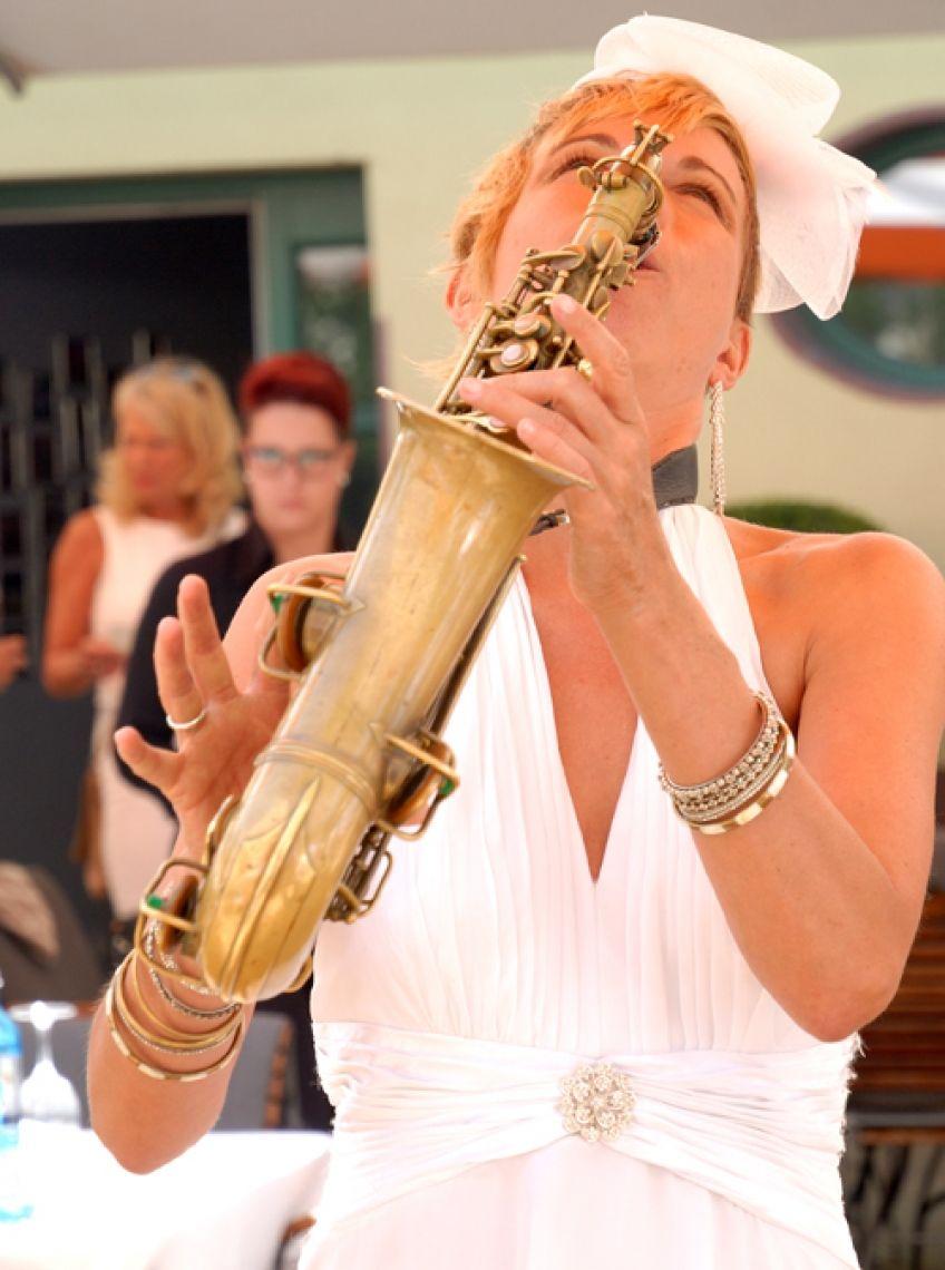 Marilyn Monroe alias Helen Hofmann alias Saxophonfrau - Solo in der Gerbermühle in Frankfurt bzw Offenbach Speziell für kleine Gesellschaften wie zb Geburtstag eigen sich die Solo-Einlagen der Saxophonistin ganz hervorragend. Ob leise und dezent im Hintergrund, konzertant und aufmerksam im Mittelpunkt oder beschwingt durch die Reihen flanierend...die Musikerin passt sich der gegebenen Situation harmonisch und schnell an.
