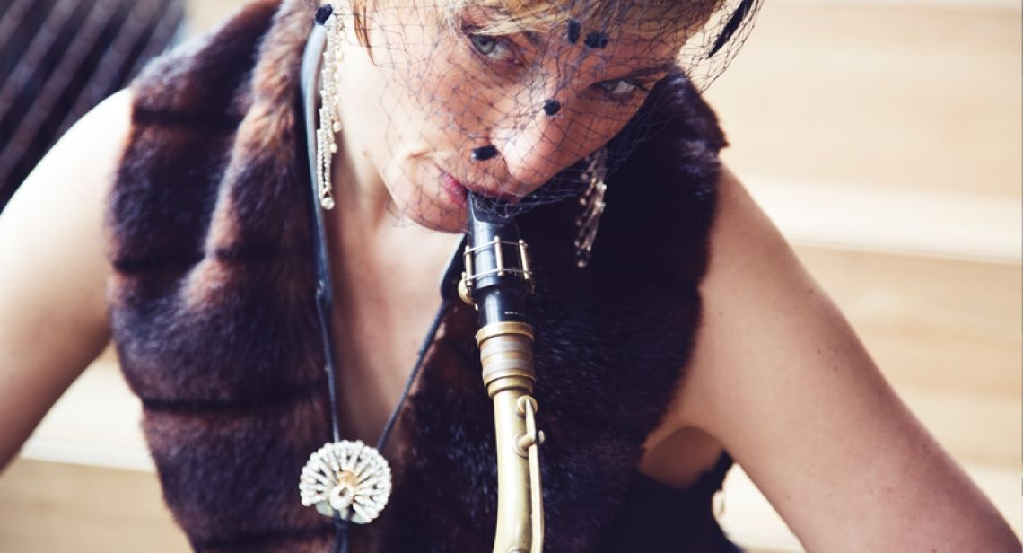 Die Saxophonistin spielt sich in die Herzen Ihrer Gäste In wechselnder Abendgarderobe bewegt sich die Musikerin durch ihr Publikum.