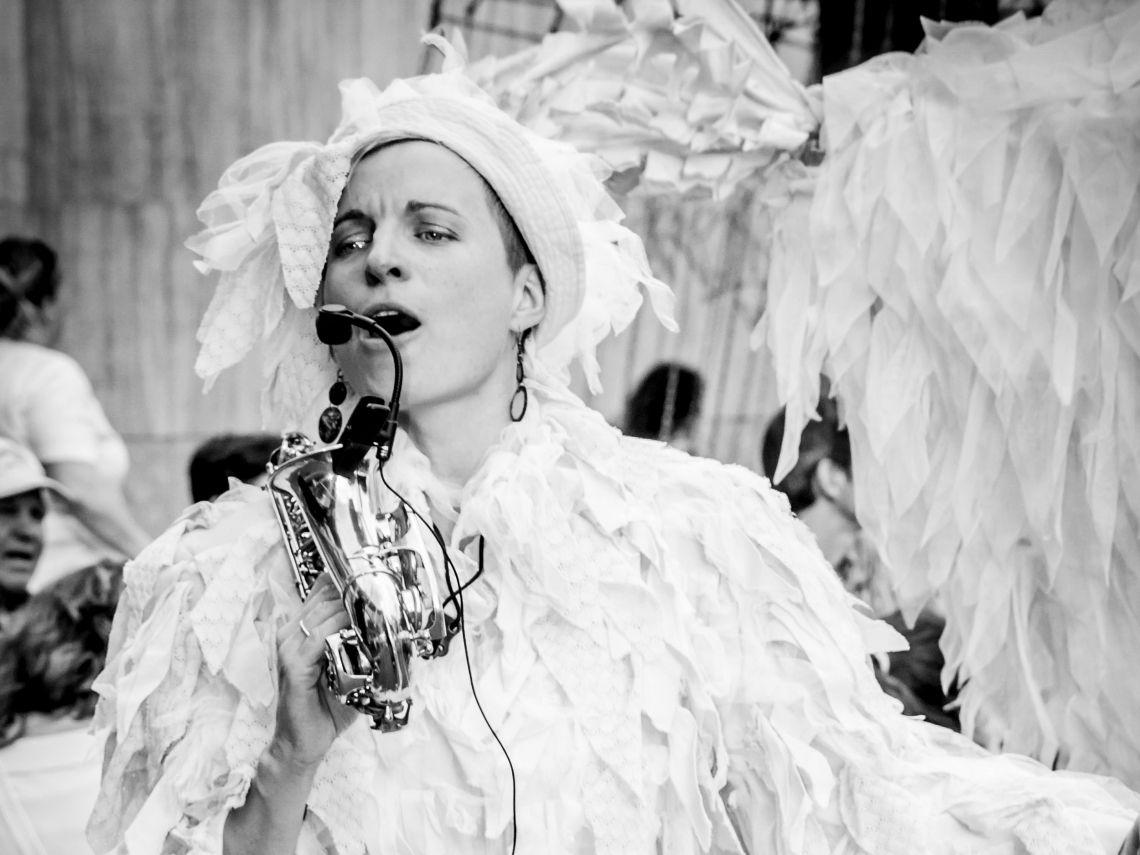 Mit dem Trio Grande als verrückte Hühner auf Stelzen wird gespielt und gesungen und entertaint. Riesenhühner auf Stelzen? Gibts. Das Trio Grande stakt mit langen Stelzenbeinen und übergroßen Hühnerkostümen über den Platz. Das kleine gelbe Küken kann singen und tanzen und Saxophon spielen, mit den Leuten interagieren und Faxen machen. Das bin dann ich.