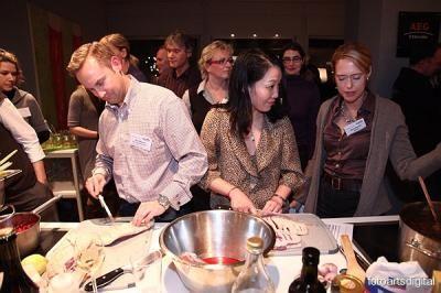 Kulinarische Seminare mit Xing  im Design Hotel New Yorker  Während diesem Kochevent, genießen Sie schon mal einen herrlichen Wein und nutzen diese Zeit schon für nette Gespräche.  Nebenher lernten wir schon den einen oder anderen Profi Trick.  Die Ehrfurcht vor Gelatine, Pochieren, Wasserbad & Co wurde uns genommen. Die Anregungen für attraktives Anrichten erhielten wir selbstverständlich inklusive.
