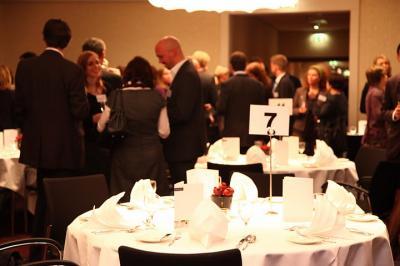 XING Business Dinner (Cross Table) Business Dinner (auch bekannt als Cross-Table oder Rotation Dinner). Dabei gibt es wie immer ein 3-Gänge-Menu - und Sie tauschen zu jedem Gang den Tisch und lernen so mindestens 3 x 5 interessante Menschen kennen.  Der Ablauf:  19:00 Uhr Sektempfang  19:45 bis 22:00 Uhr Dinner  danach: Networking z.B. an der Bar