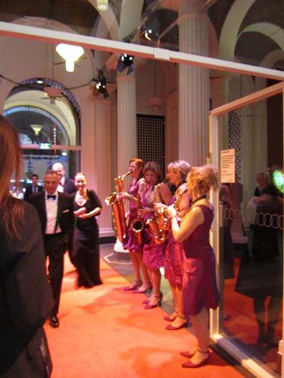 Die Gäste werden angenehm musikalisch empfangen Die prominenten Gäste werden angenehm musikalisch empfangen.