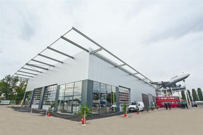 Eventhalle Hangar 10 Die neue Eventhalle Hangar 10 mit bis zu 1.200 qm mit Stratos-Lounge, eigener Dachterrasse und Fußbodenheizung bietet viel Raum für Tagungen und Kongresse.