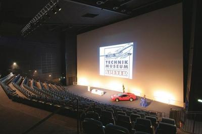 Forum Das Auditorium mit 350 Sitzplätzen eignet sich perfekt für Präsentationen und Vorträge (Bühne mit 120 qm).