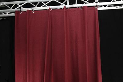 Theatervorhang mit Quertraverse Dieser Moltonvorhang ist mit Edelstahlösen versehen und mit Bindebändern an einer Quertraverse montiert.