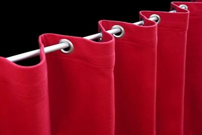 Theatervorhang mit Edelstahlösen versehen Bei dieser Konfektion sind die Ösen in wechselnden Abständen montiert. Die Abstände sind 9 und 21 cm. Optisch erzeugt diese Variante eine größere Faltentiefe. Der Faltenwurf entsteht automatisch, wenn der Vorhang beweglich (zum Beispiel auf einem Stahlseil) aufgehängt wird.