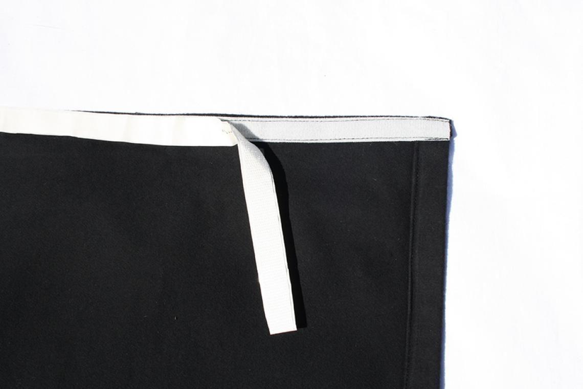 Podestverkleidungen aus Bühnenmolton Podestverkleidungen in vielen gängigen Größen sofort lieferbar. Unsere Verkleidungen aus schwarzem Bühnenmolton werden in unserer Näherei auch nach Ihren Wünschen gefertigt, gerne mit Flauschband und selbstklebendem Klettband zur sofortigen Montage.