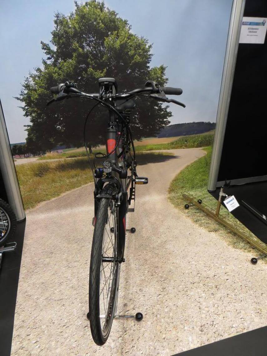 Boden am POS macht Lust auf Radfahren Wenn das Wetter draußen schon nicht zum Radfahren animiert, dann sollte zumindest im Fahrradgeschäft die Präsentation stimmig sein und zum Kauf animieren. Wie das Bild zeigt, hilft dazu eine schöne optische Boden-Wand Kombination aus FOTOBODEN auf das Rad. Besser kann ein Produkt nicht mit FOTOBODEN in Szene gesetzt werden